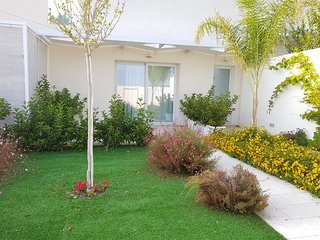 Nesea Domus - Apt Garden View: Lussuoso appartamento con veranda e giardino