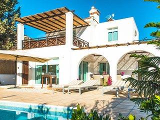 VILLA EVA, 4 Bed, Modern, Private Pool, Hot Tub, Close to Coral Bay