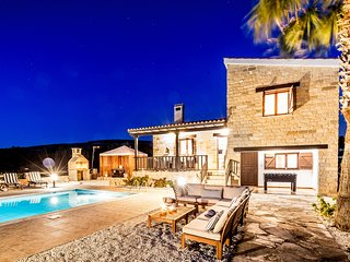 VILLA ISABELLA, 3 bed, Heated Pool, Hot Tub, Very Private, Sea Views
