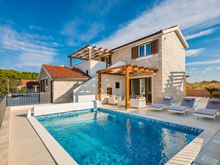 Villa Diomedes with sea view & swimming pool, perfect for families and groups