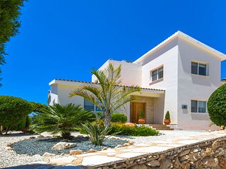 VILLA LINDA  3 bed, Sleeps Up To 8, Hot Tub, Heated Pool, Close To Coral Bay