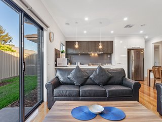 BIGGS VILLA 3 - Melbourne 4 Bdrms Modern Townhouse in Central Location, Sleeps 8