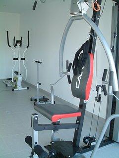 Salle de fitness, vue d'ensemble elliptique et centre de musculation polyvalent