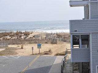 Unit 11 Steps to the Beach, Private parking, Linens included