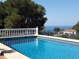 Spacious villa a short walk away (402 m) from the 'Cala Del Ambolo' in Xabia wit