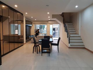 4 storey Townhome for rent - 5 mins walk to skytrain & shopping malls