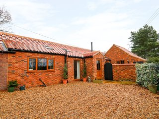 HONEY BUZZARD BARN, converted barn with beams, Fakenham