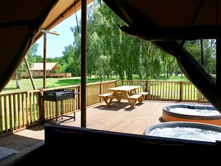 BUFFALO, Hot Tub in Woodhall Spa, Safari Tent