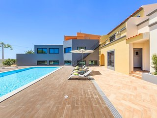 Spacious villa very close to the centre of Quelfes with Parking, Internet, Washi