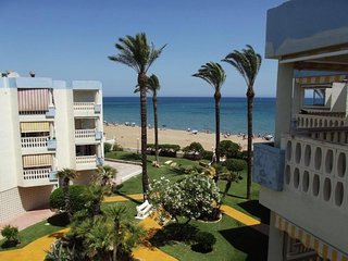 Spacious apartment a short walk away (153 m) from the 'Playa de Les Bovetes' in
