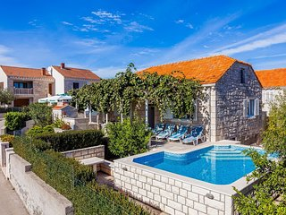 Green Garden House - Four Bedroom House with Private Pool