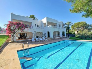 6 bedroom Villa with Air Con, WiFi and Walk to Beach & Shops - 5333815
