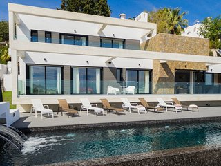 Luxury villa with heated pool and wonderful sea views