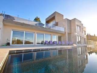 Luxurious villa with heated pool