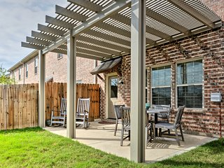 College Station Townhouse w/Patio & Pool Access