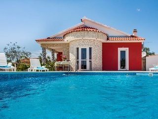 4 bedroom Villa with Pool, Air Con, WiFi and Walk to Shops - 5250826