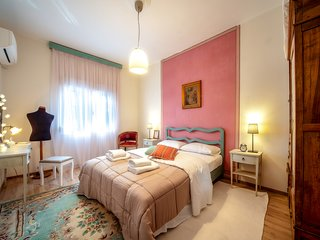 A comfortable apartment with romantic notes in the historic city center SKG.