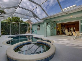 Saltwater Heated Pool & Spa, WiFi/Cable, 3 miles to Gulf, Garage, near Casey Key