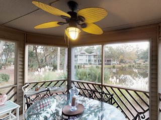 Lakefront villa w/ screened porch & great view - walk to beach