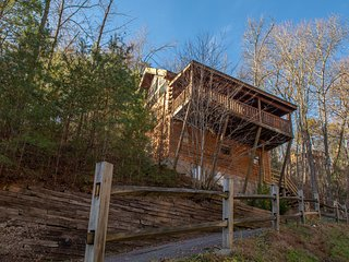 NEW LISTING! Family-friendly cabin w/private hot tub, gas fireplace & pool table