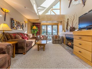 Ski-in/ski-out condo w/ shared hot tub/pool/sauna, near shopping and dining!