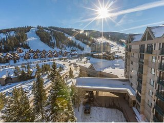Mountainview condo with shared hot tub/pool, easy access to the ski slopes!
