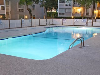 Charming condo w/ shared pool, hot tub, sauna & more - 5 minute walk to beach!