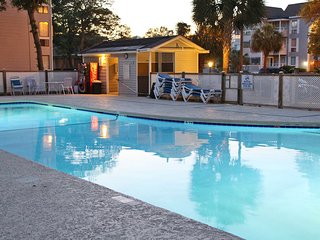 Snowbird friendly condo close to beach w/ shared pools, sauna, hot tub