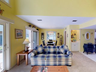Quiet townhouse w/ shared pool near a golf course & tennis courts!