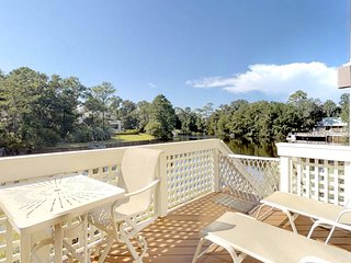 Dog-friendly townhouse w/complex swimming pool, shared hot tub, and beach access
