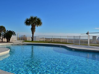 NEW LISTING! Well-equipped waterfront condo w/shared pool & hot tub
