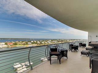 Waterfront condo w/bay view & shared pool, hot tub & gym!