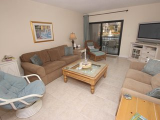 Multi-level townhouse with shared pool/hot tub - also offers beach access