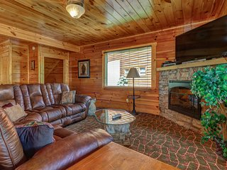 Lofty mountain view cabin w/ hot tub, pool table & 2 level deck