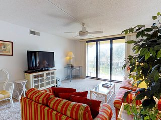 Spacious condo w/ beach access, shared pool, hot tub, ocean views & more!
