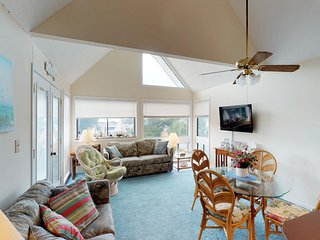 Condo w/ shared pool/hot tub, tennis & sauna - walk to the beach!