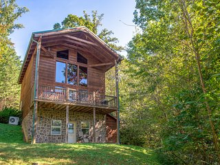 Mountain view cabin w/ indoor pool & sauna, gas fireplace, hot tub, game room