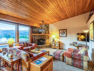 Bright condo w/shared pool, private indoor hot tub, close to skiing
