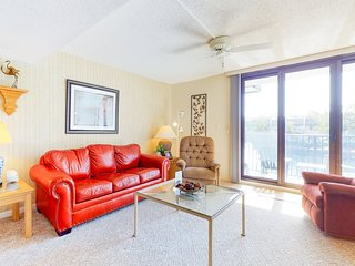 Comfortable condo w/ balcony, shared pool, hot tub & more - walk to the beach!