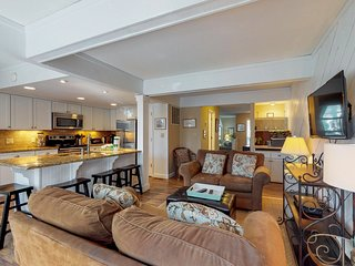 Modern, dog-friendly townhouse w/ shared pool, full kitchen & easy beach access!