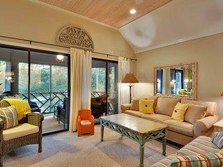 Comfortable villa w/views, screened porch, tennis & golf-near beach