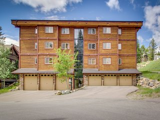 Charming dog-friendly condo w/ a shared hot tub, updates, walk to the slopes!