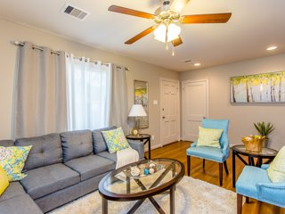 The Blue Door Bungalow! Luxury Home in Downtown Houston
