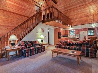 Spacious hillside cabin w/private hot tub, fireplace, air hockey