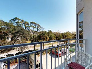 Bright and airy condo w/ shared pools and hot tub, near beach!