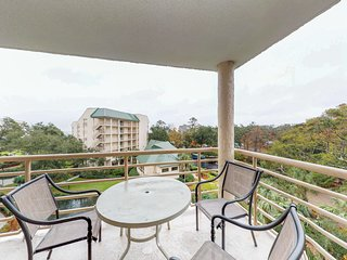Lovely condo with shared hot tub, pools, gym, beach access, and picnic area!