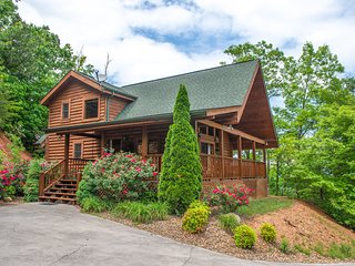 Isolated cabin w/ private hot tub, balcony, breathtaking smokey mountain views!