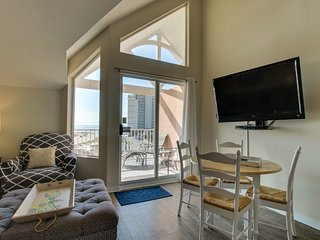 NEW LISTING! Gulfview condo w/access to shared pool & hot tub, near the pier