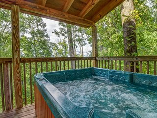 Unique mountain view cabin w/ private hot tub, deck & air hockey
