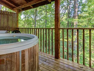NEW LISTING! Secluded cabin w/ hot tub & pool table-near Pigeon Forge/Gatlinburg
